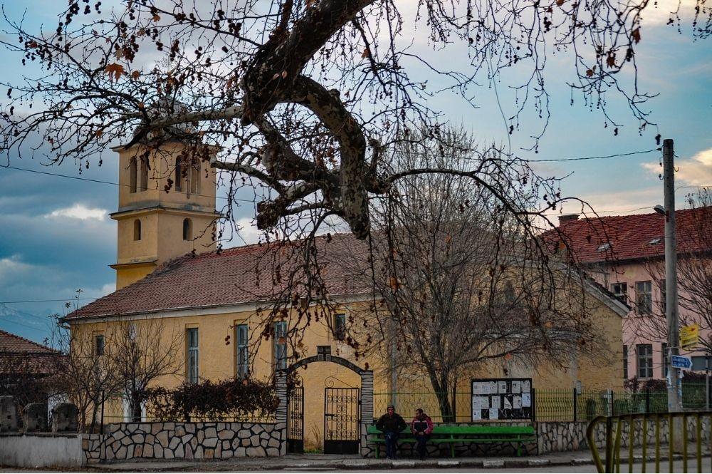 6-вековният чинар на фона на църквата Свети Георги