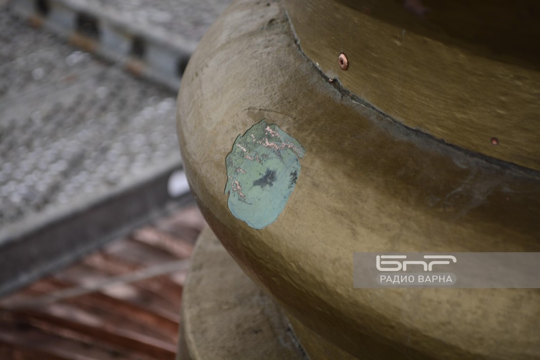 Корозирала част от кубето. Видима е част от окислената от времето медна ламарина от предишен ремонт.
