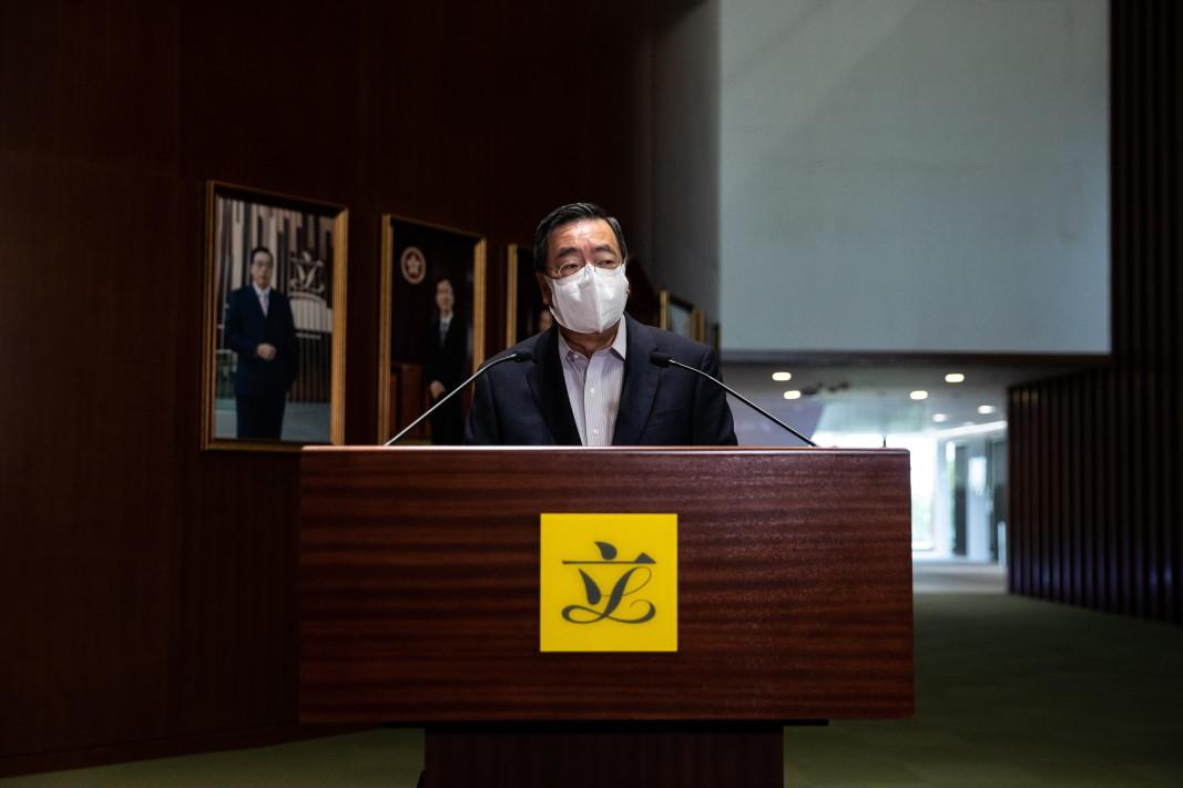 Председателят на Законодателния съвет на Хонконг Андрю Льонг разговаря с представители на медиите, 30 март 2021 г. Льонг обяви, че общите избори за Законодателния съвет ще се проведат през декември 2021 г., повече от година, след като бяха отложени от правителството и след като Постоянния комитет на на Общокитайското събрание одобри големи промени в избирателната система на града, които ще намалят броя на местата в законодателната власт, демократично избрани от обществеността.
