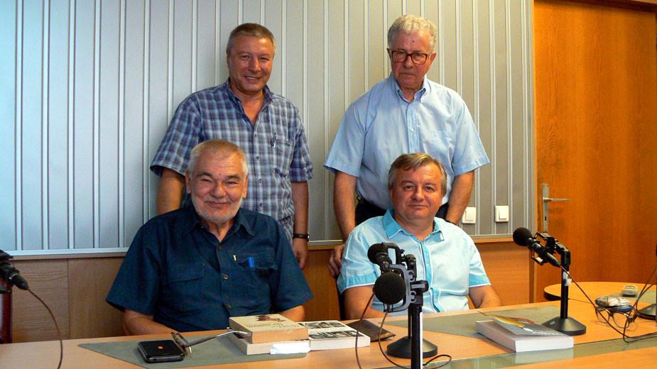 "Проф. Божидар Кунчев, доц. Пламен Дойнов, Митко Новков и проф. Стоян Атанасов (отляво надясно) в студиото на програма ""Христо Ботев"""