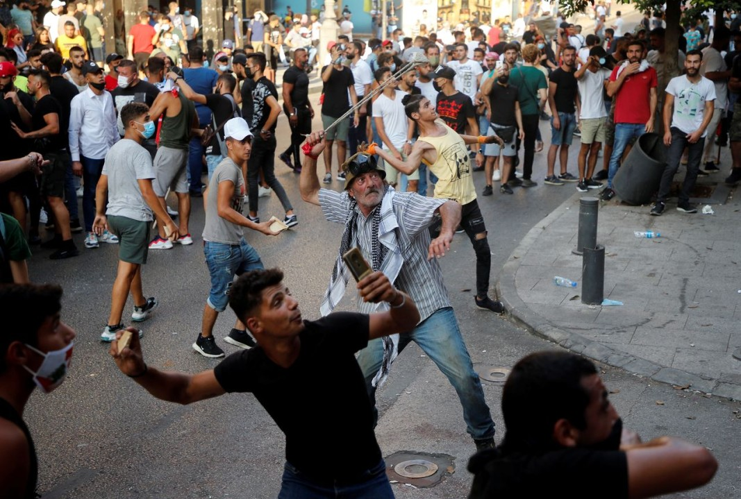 Демонстранти хвърлят камъни на протест край парламента на Ливан. Снимка: Ройтерс