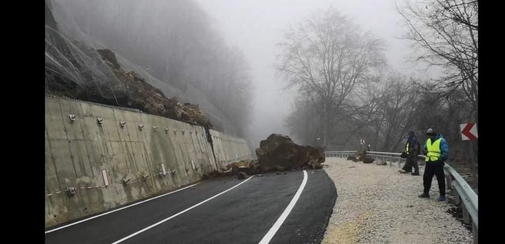 Огромен скален къс бе блокирал пътя към Рилския манастир скоро след ремонт на участъка. Снимка: БГНЕС