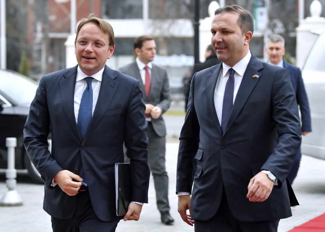 Еврокомисарят по разширяването Оливер Вархеи с Оливер Спасовски