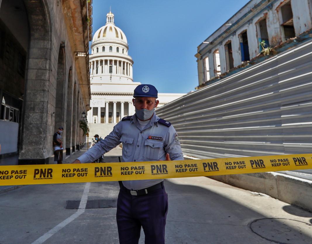 Полицейска блокада край Капитолия в Хавана/ЕПА/БГНЕС