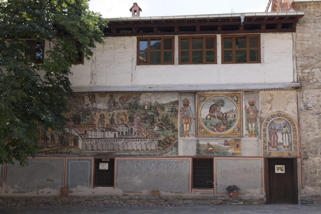 """Стенопис, датиращ от XIV век, реставрират от лятото в църквата """"Свети Архангели"""" на Бачковската света обител. Към момента се извършват проучвания в църквата. """"Там откриха по-стар живописен слой от XIV век, a отгоре има и от XIX век. Сега се проучва XIV век, ако е по-ценен и по-добре запазен, той ще бъде разкрит за посетителите"""", обяснява секретарят на Бачковския манастир Теодор Пеев. Според него най-рано догодина може да бъде окончателно завършена реставрацията. Тя се осъществява със средства от спонсор."""