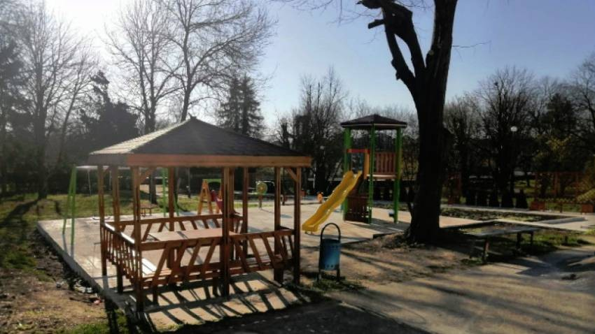 Köyde yeni çocuk oynama alanı.