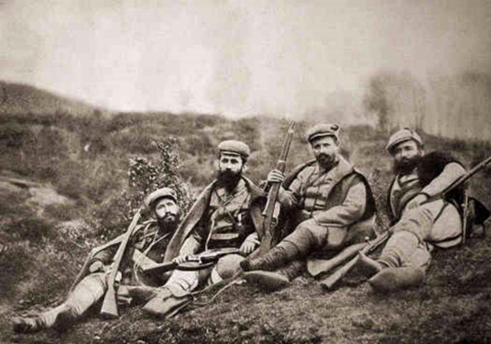 Nga e majta në të djathtë Mishe Razvigorov, Dame Gruev, Efrem Çuçkov dhe Atanas Babata në Kongresin e Shkupit të VMORO (1905)