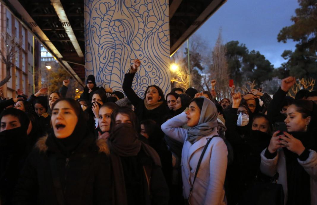 Протест в Иран след признанието за сваления украински самолет.