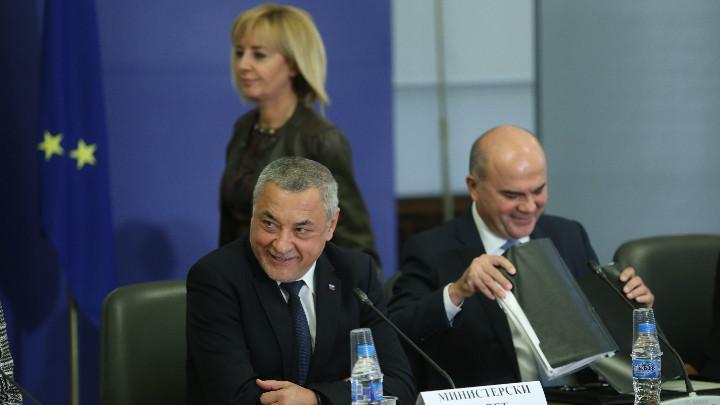 Симеонов и Манолова в словесен сблъсък по въвеждането на квоти за бизнеса за наемане на хора с увреждания