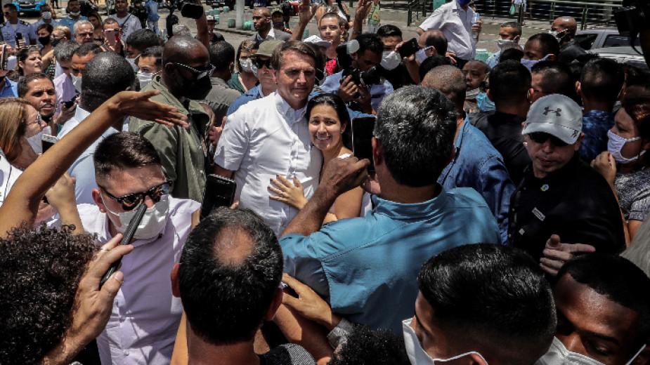 Бразилският президент се снима с привърженици на втория тур от местни избори в Рио де Жанейро, 29 ноември 2020 г.