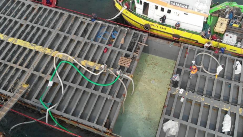 """Разтоварването на """"Вера Су"""" върви трудно, прехвърлени са 1000 кубика тор"""