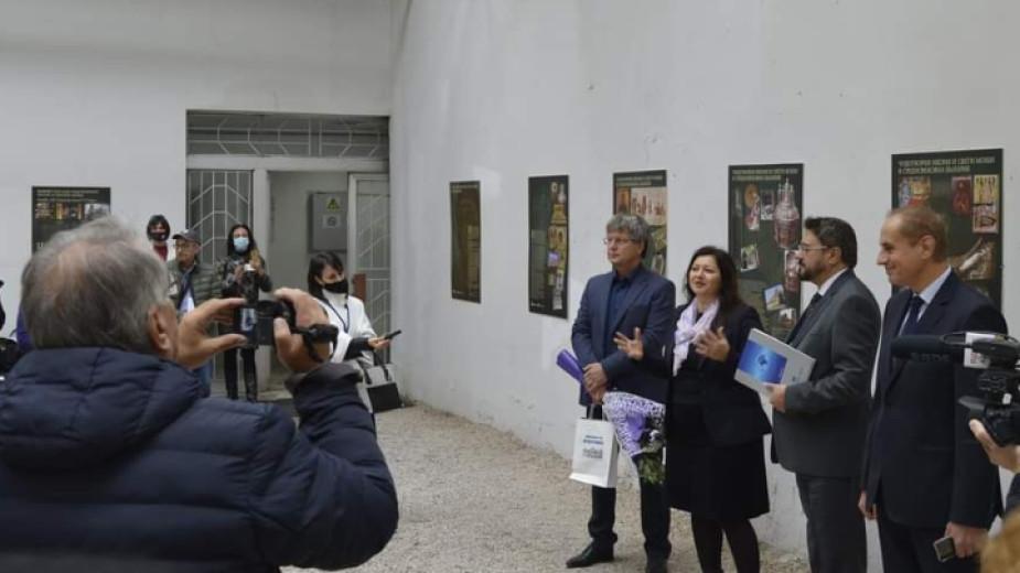 """Три изложби - """"Чудотворни икони и свети мощи на Балканите"""","""