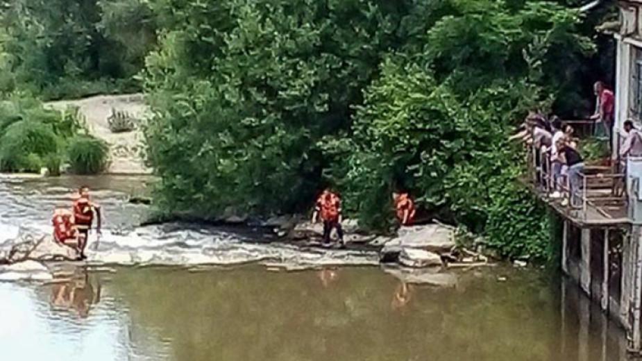 Мъж на 72 години е спасен от пожарникари във водите
