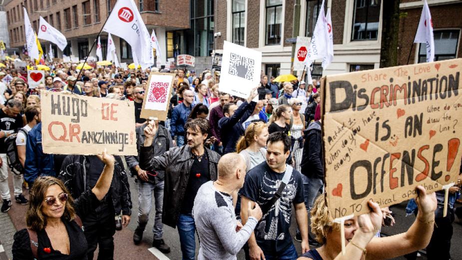 Около хиляда жители на Рим протестираха срещу електронните Covidсертификати. От