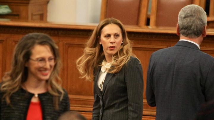 Марияна Николова (в средата), която е предложена от правителството на мястото на Валери Симеонов като вицепремиер, в пленарната зала на парламента.