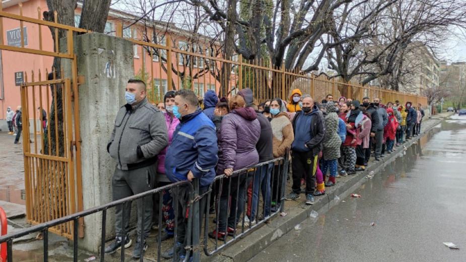 Голямо ступване на хора има на улицата пред 6-то училище,