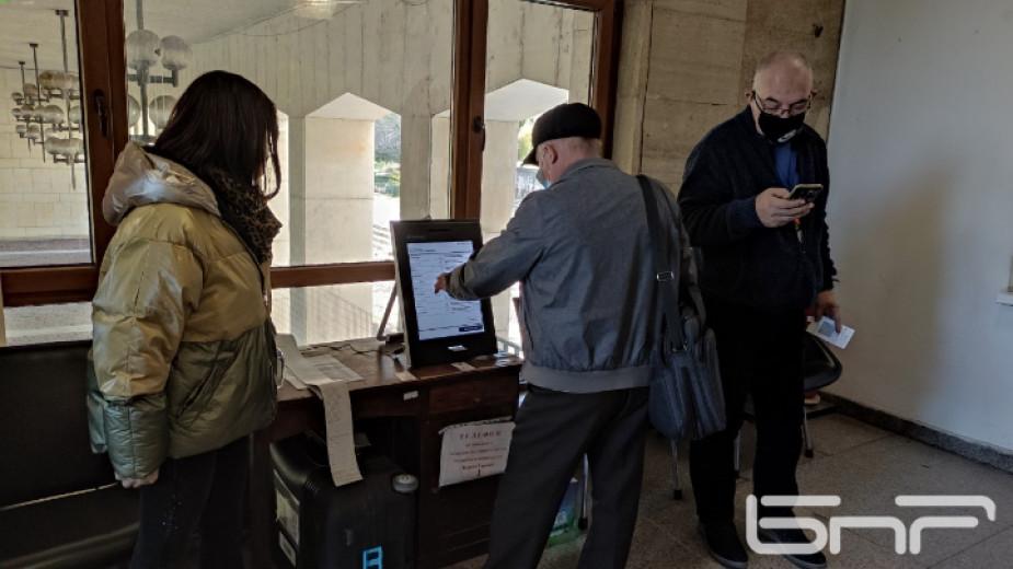 При засилен интерес във Велико Търново започна тестовото гласуване с