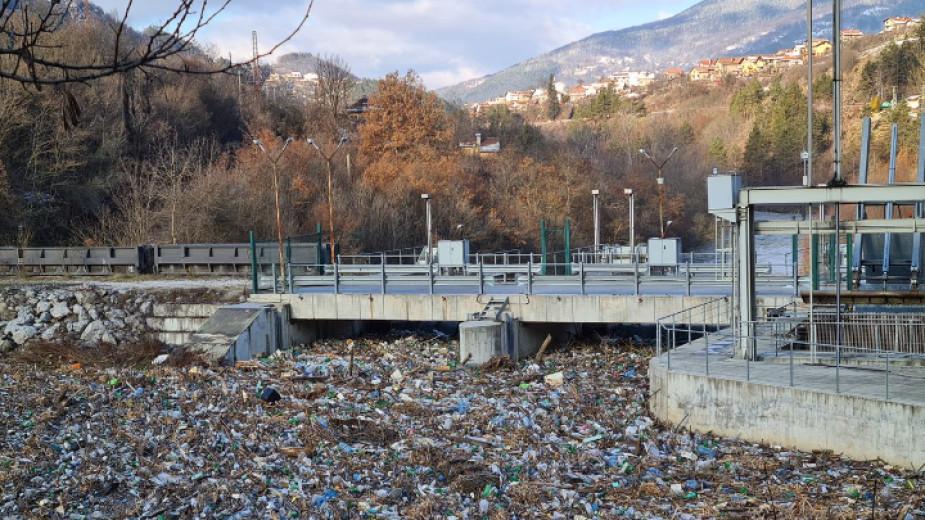 """Плаващо сметище от тонове боклуци се образува по река Искър, близо до ВЕЦ """"Своге""""."""