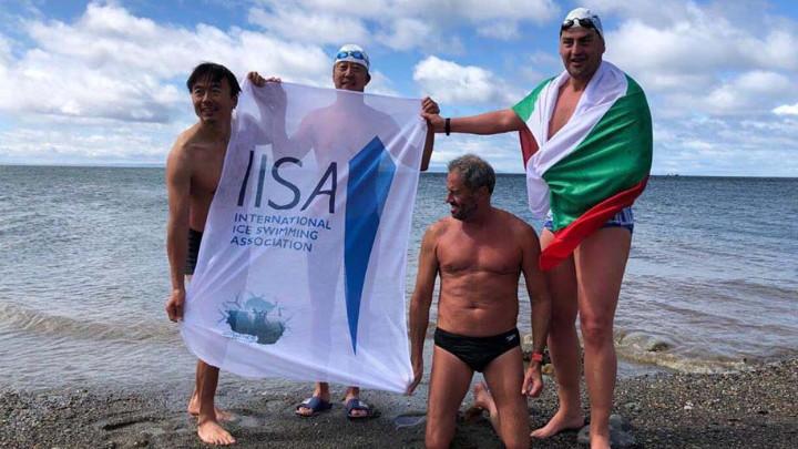 Ο Πέταρ Στόιτσεφ με τη βουλγαρική σημαία πριν μπει στα παγωμένα νερά