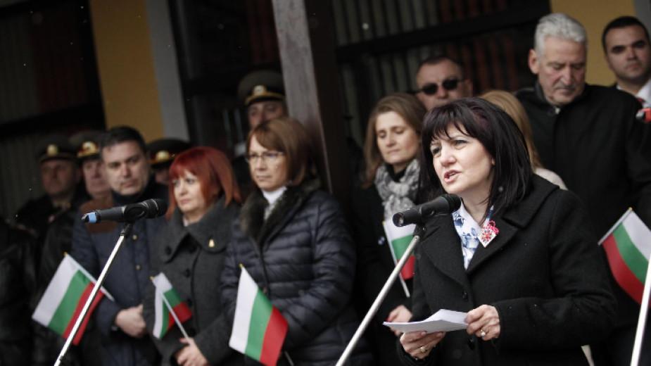 Председателката на Народното събрание Цвета Караянчева на връх Шипка