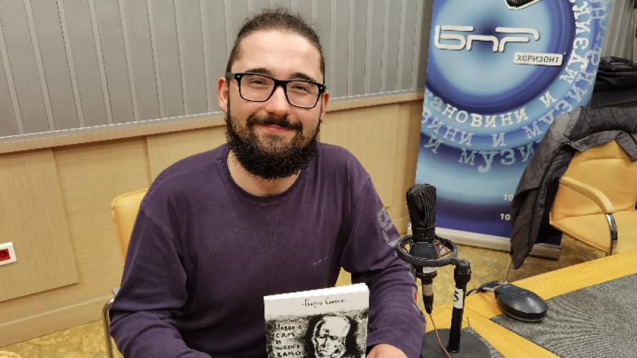 """В новата си книга """"Човек е сам и човек е"""