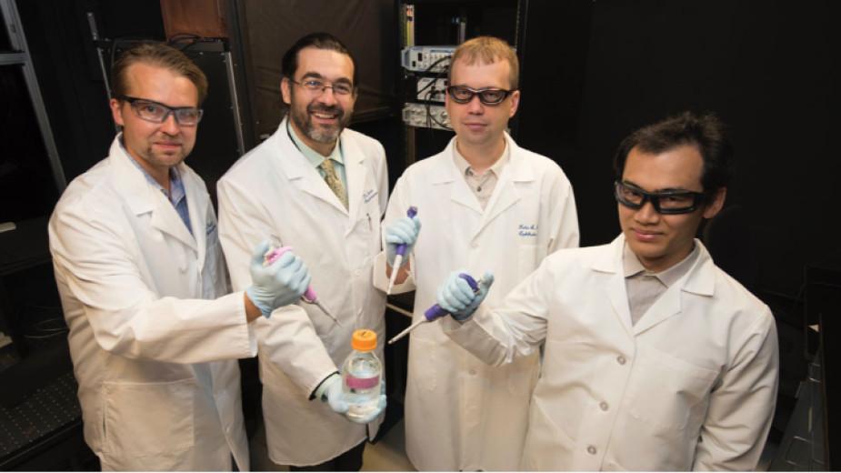Le professeur Kéfalov (le deuxième à gauche) avec son équipe