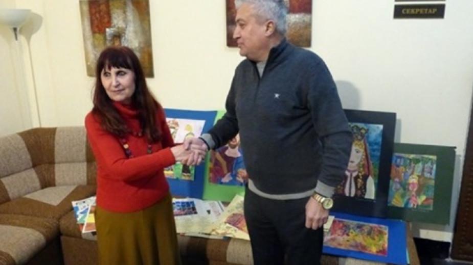 """Майя Ананиева връчва дарението на Ивайло Атанасов, председател на Настоятелството на читалище """"Съгласие""""."""