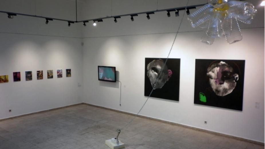 """Част от изложбата """"Винаги ще има утре"""" подредена в галерия Credo Bonum."""