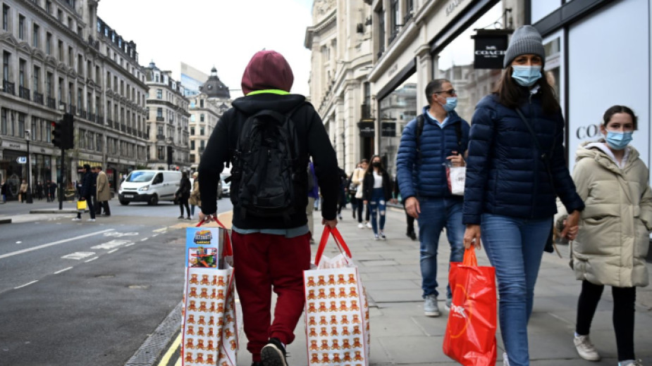 Отварянето наново на търговските райони в Англия привлече в понеделник
