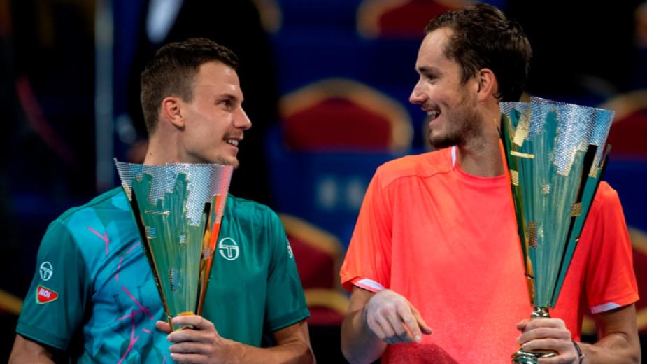 Шампионът Медведев (вдясно) се шегува с Фучович.