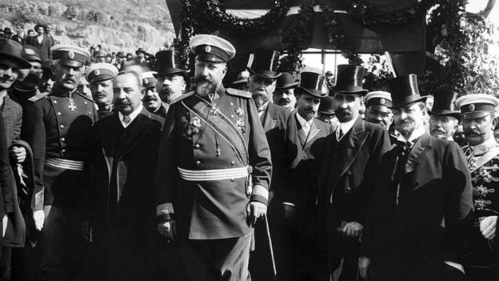 La proclamación de la independencia de Bulgaria, en primer plano el príncipe Fernando