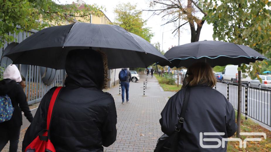 В събота ще преобладава облачно време, ще вали дъжд, като