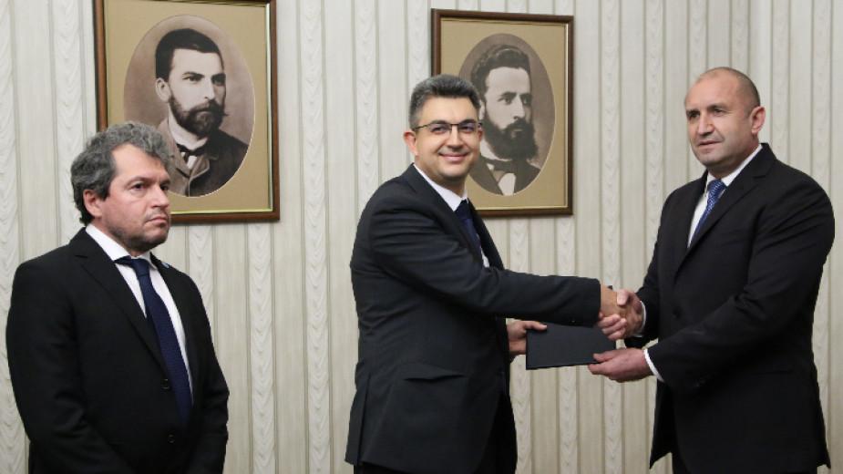 """Президентът Румен Радев връчи на Пламен Николов от """"Има такъв народ"""" мандат за съставяне на правителство."""