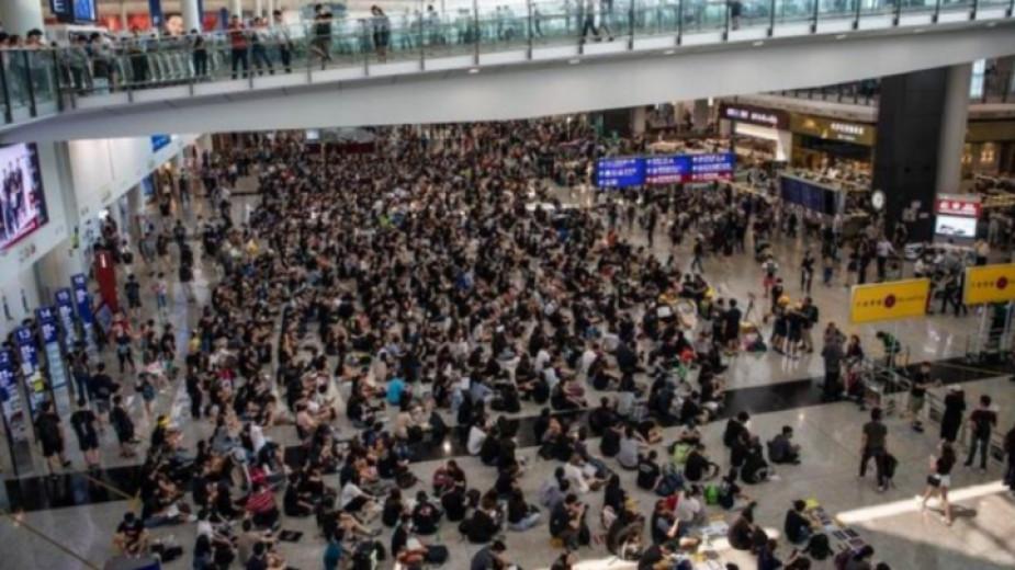 Летището в Хонконг отмени за втори пореден ден заминаващите полети