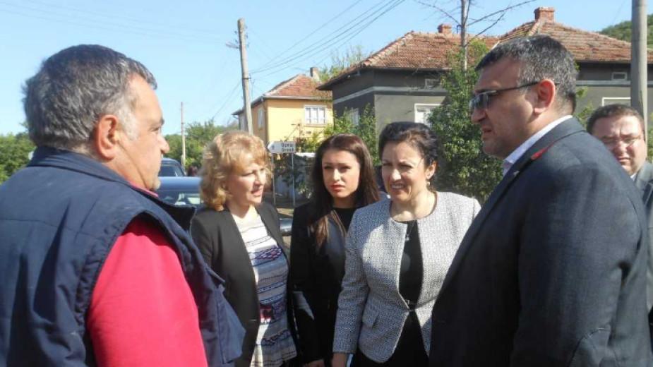 Министърът на земеделието Десислава Танева, вътрешният министър Младен Маринов и директорът на Националната противопожарна служба Николай Николов посетиха селата Драгомирово и Морава.