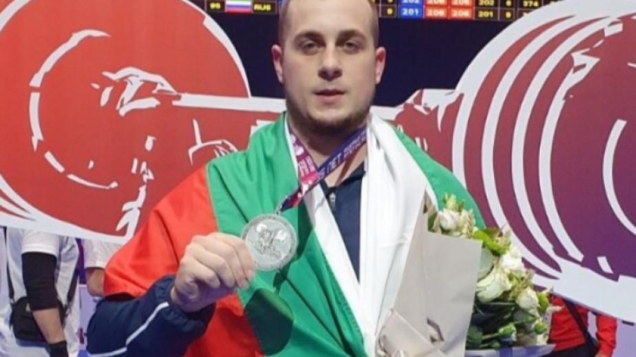 Дейвид Фишеров спечели сребърния медал в изтласкването в категория 102