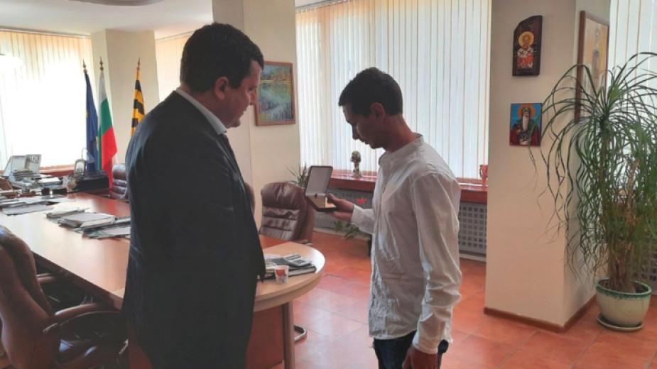 Кметът на Перник Станислав Владимиров е връчил благодарствен плакет на