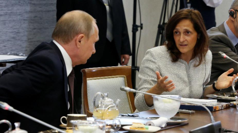 Алесандра Галони с руския президент Владимир Путин на среща на Международния икономически форум в Санкт Петербург, 2016 г.