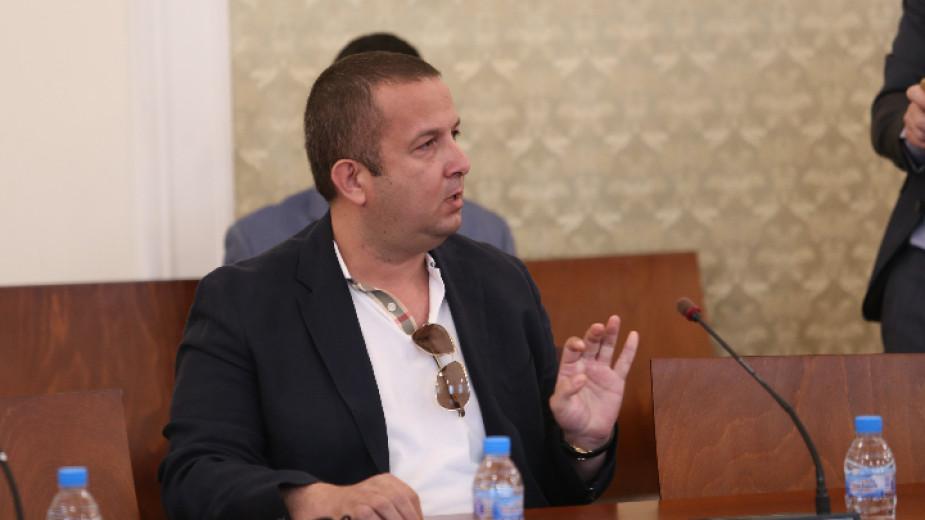 Бизнесменът Светослав Илчовски пристигна преди минути с адвокат в една