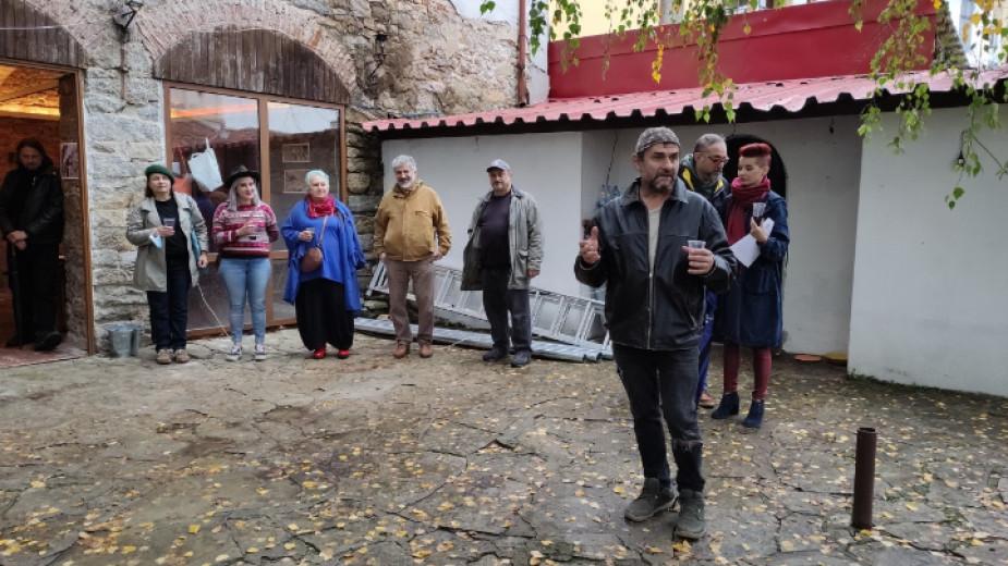 """Във Велико Търново петима художници от арт група """"ДупИни"""" промениха"""