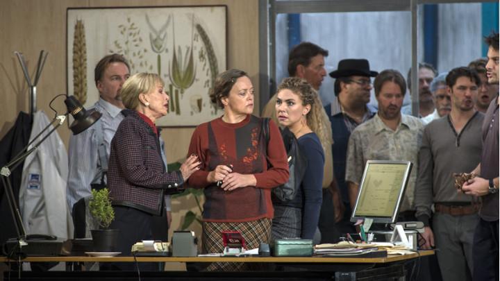 """Сцена от операта на Леош Яначек """"Йенуфа"""", поставена от Националната опера в Амстердам (в центъра Евелин Херлициус в ролята на Клисарката"""