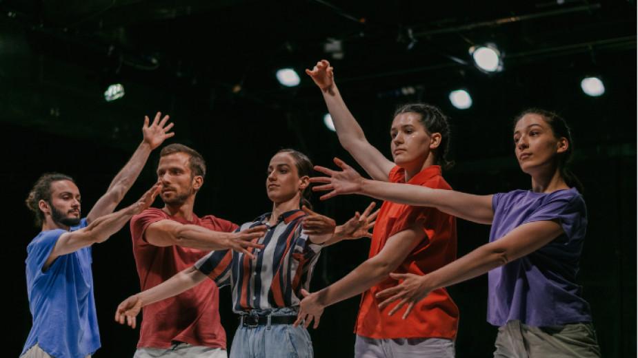Симона Дяконеску е хореограф и филмов творец, работи в Букурещ,
