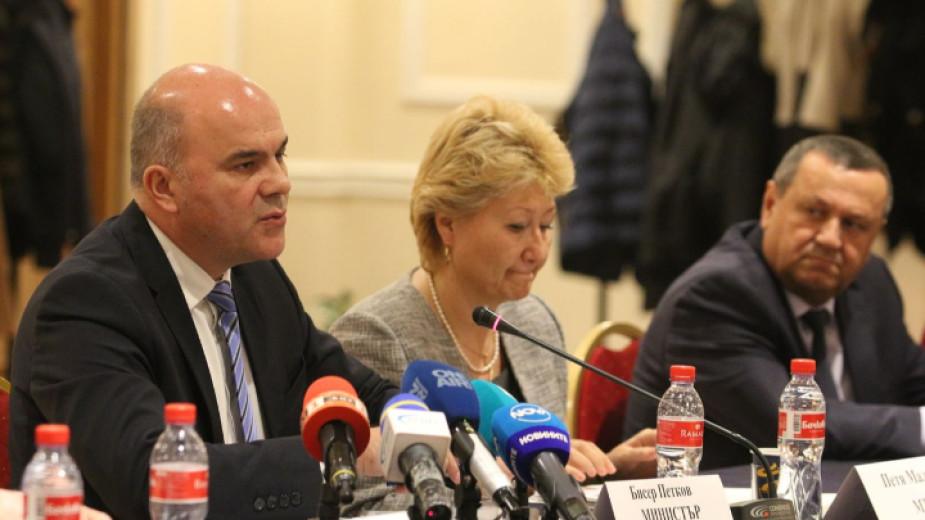 Министър Бисер Петков (вляво) представя законодателни предложения за усъвършенстване на изплащането на т.нар. втора пенсия на кръгла маса в Министерството на труда и социалната политика.