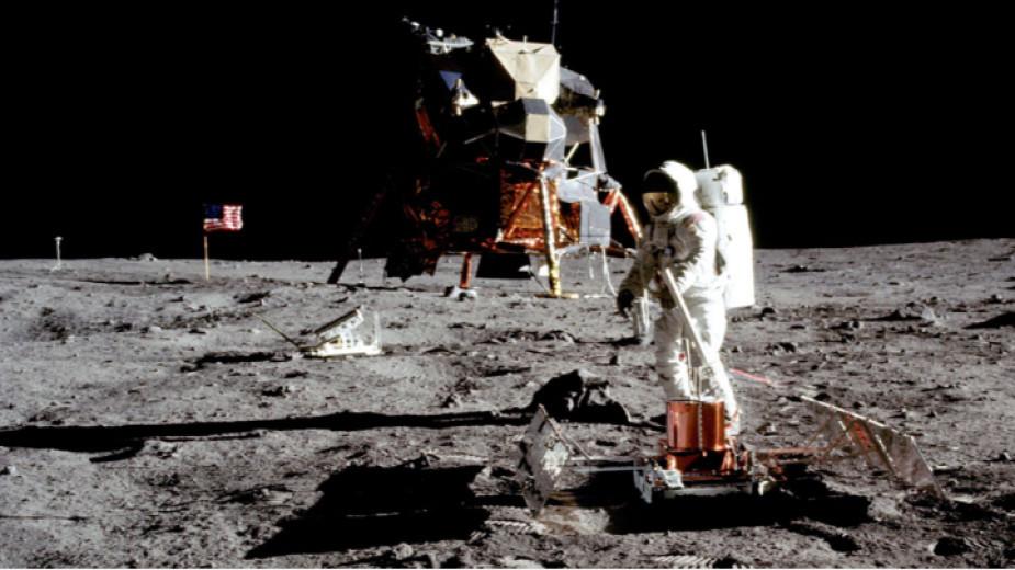 """Астронавтът Нийл Армстронг на 21 юли 1969 г. излезе от """"Аполо 11"""" и остави първите човешки следи на Луната."""