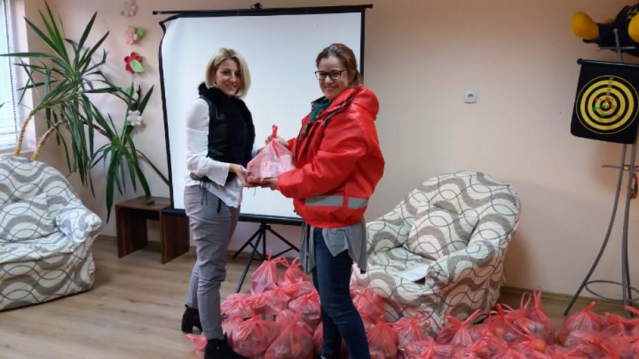 Мария Атанасова, управител на ЦОП - Бургас, приема дарението за 43 деца от социално слаби семейства, ползватели на социални услуги в центъра