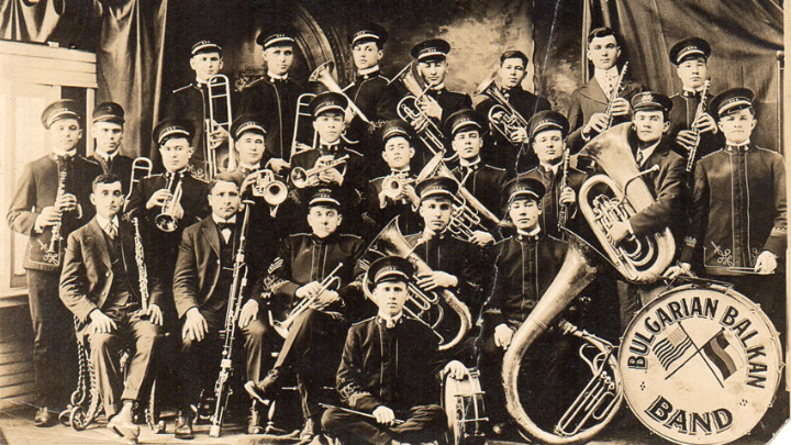 Стойо Крушкин (вторият от ляво, седнал ) и неговият оркестър. Стилтън, Пенсилвания, САЩ, 1915 г.