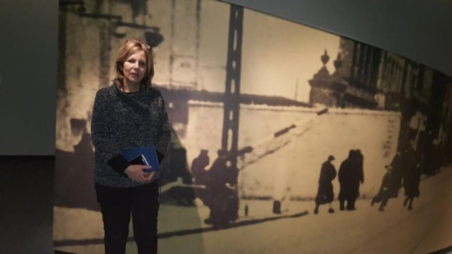 """Dr. Anat Livne bei der Vorstellung einer neuen Exposition im Haus der Ghettokämpfer """"Beit Lohamei-Ha-Getaot"""" im Jahr 2018"""