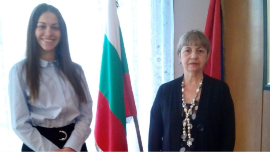 Simona Borísova con la embajadora de Cuba en Bulgaria, Caridad Yamira Cueto Milián