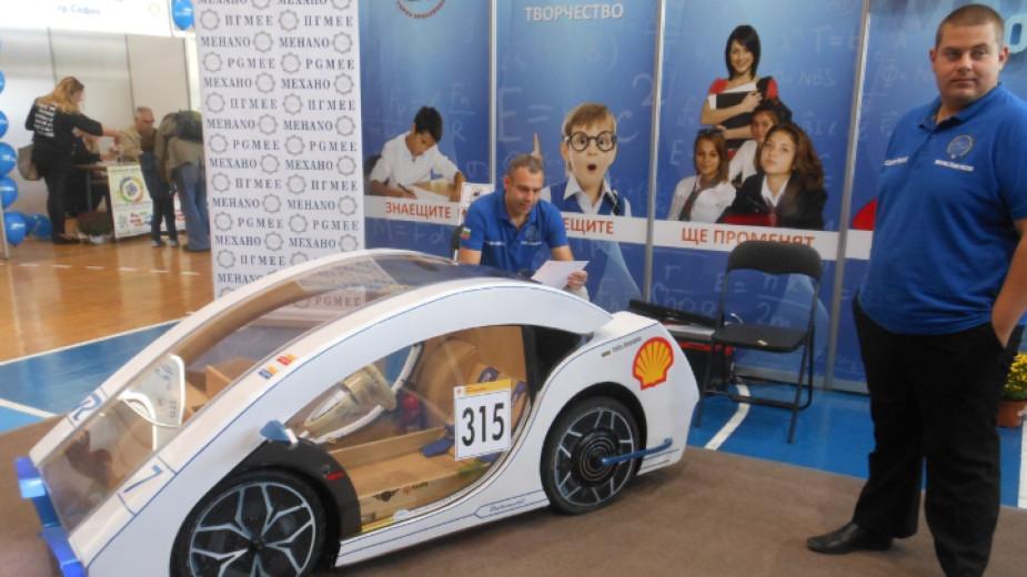 Електрически автомобили и хуманоиден робот на изложение в Горна Оряховица