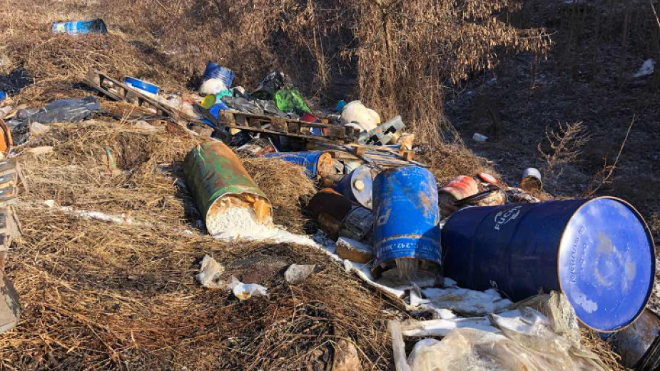 Токсичните отпадъци, изхвърлени в района на гара Яна.